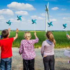 écoliers éoliennes à la main