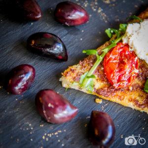 Pizza et olives sur ardoise