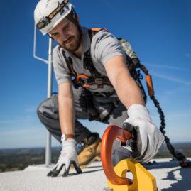 ingénieur exploitation au sommet d'une éolienne