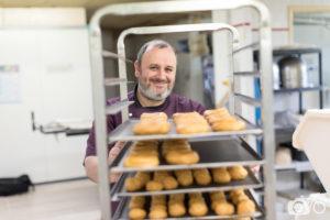 Boulanger poussant une échelle remplie de pâte à choux