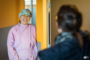 sourire de médecin en Bretagne après une longue journée de stress