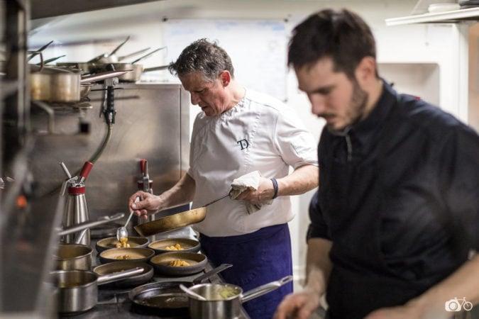 le-chef-du-restaurant-Holen-en-pleine-action