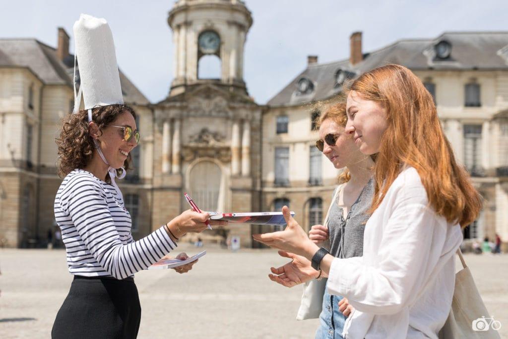 Bigoudène et passantes, place de la mairie à Rennes, Bretagne