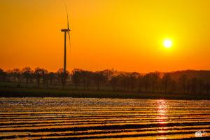 concours-photos-fee-coucher-de-soleil-et-éolienne-en-Bretagne