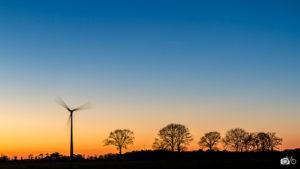 éolienne-et-crépuscule-en-Bretagne
