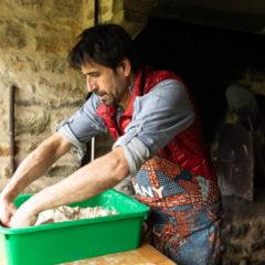Le boulanger travaille la pétrissée à la main